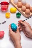 Lycklig påsk! Ägg för fadermålningpåsk på tabellen Royaltyfri Bild