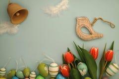 Lycklig påsk - fågel och klocka Royaltyfria Bilder