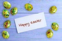 Lycklig påsk för begrepp Målade ägg och vit otkrka med inskriften arkivfoton