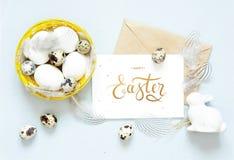 Lycklig påsk för inskrift, kraft kuvert Påsksammansättning med easter ägg, kanin och fjädrar royaltyfria bilder