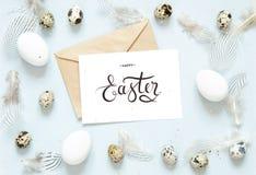 Lycklig påsk för inskrift, kraft kuvert Påsksammansättning med easter ägg och fjädrar royaltyfri bild