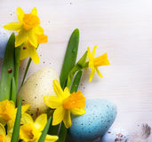 Lycklig påskbakgrund för konst med easter ägg och gul vår f Fotografering för Bildbyråer