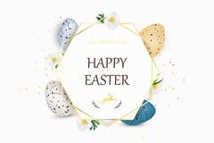 Lycklig påskbakgrund med realistiska dekorerade vaktelpåskägg Dekorativ ram med ägg, vårblommor, gräs Arkivfoton