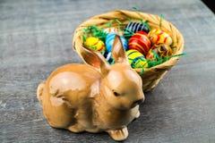 Lycklig påskkanin och kulöra ägg Arkivfoton