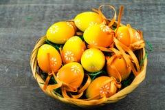 Lycklig påskkanin och kulöra ägg Royaltyfri Fotografi