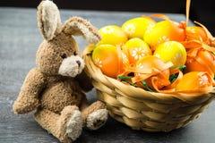 Lycklig påskkanin och kulöra ägg Fotografering för Bildbyråer