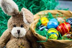 Lycklig påskkanin och kulöra ägg Royaltyfri Bild