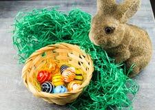 Lycklig påskkanin och kulöra ägg Arkivbilder