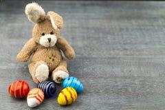 Lycklig påskkanin och kulöra ägg Royaltyfria Bilder