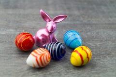 Lycklig påskkanin och kulöra ägg Royaltyfri Foto