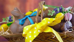 Lycklig påskkorg av chokladägg i korg som panorerar makro