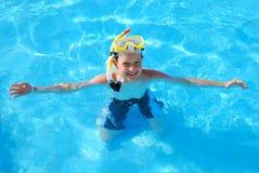 lycklig pöl för pojke som snorkeling royaltyfria foton