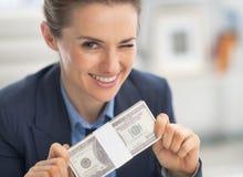 Lycklig packe och blinka för pengar för affärskvinna royaltyfri bild