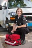 lycklig paramedicinsk stående Royaltyfri Fotografi