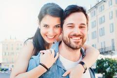 Lycklig parbindning och gå lyckligt i staden arkivbilder
