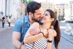 Lycklig parbindning och gå lyckligt i staden royaltyfri fotografi