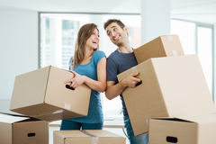 Lycklig parinflyttning deras nya hus Fotografering för Bildbyråer