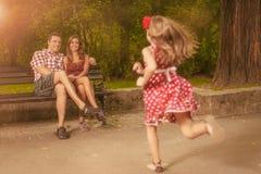 lycklig park för familj arkivfoto