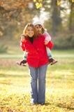 lycklig park för familj Arkivbilder