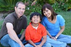 lycklig park för familj Royaltyfria Bilder