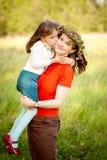 lycklig park för familj tillsammans Royaltyfri Foto