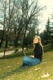 lycklig park för flicka Arkivfoto