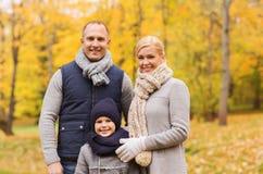 lycklig park för höstfamilj Fotografering för Bildbyråer