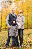 lycklig park för höstfamilj Arkivfoto