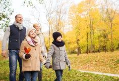 lycklig park för höstfamilj Royaltyfri Fotografi