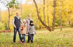 lycklig park för höstfamilj Arkivbild