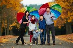 lycklig park för höstfamilj Arkivfoton