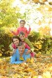 lycklig park för höstfamilj Royaltyfri Bild