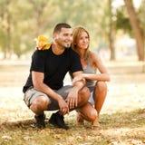 lycklig park för par Arkivfoto