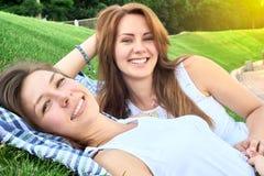 lycklig park för vänner royaltyfri foto