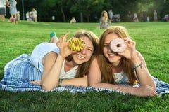lycklig park för vänner arkivbild