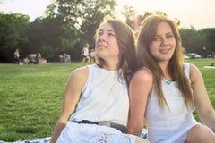 lycklig park för vänner royaltyfria foton