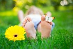 lycklig parkfjäder för barn royaltyfri foto