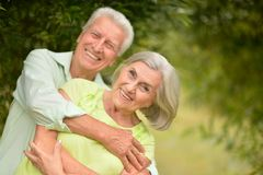 lycklig parkpensionär för par royaltyfri foto
