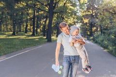 lycklig parkson för fader royaltyfri foto