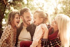 lycklig parkstående för familj arkivfoton