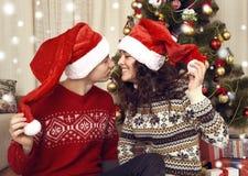 Lycklig parkyss i julgarnering hemma Helgdagsafton för nytt år, ornated granträd Vinterferie och förälskelsebegrepp royaltyfri fotografi