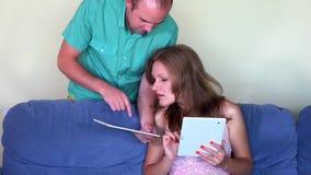 Lycklig parmanhjälp hans kvinna med minnestavladatoren closeup arkivfilmer