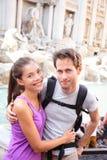 Lycklig parstående, Trevi-springbrunn, Rome, Italien Arkivfoto