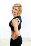 Lycklig passformkvinna i svart sportswear royaltyfri fotografi