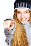 lycklig pekande ståendevinterkvinna royaltyfri fotografi