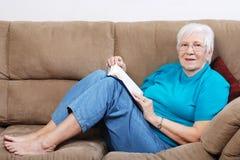 lycklig pensionär för bok royaltyfria bilder
