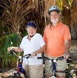 lycklig pensionär för cyklister Arkivbild