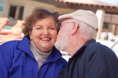 lycklig pensionär för vuxna par royaltyfria bilder