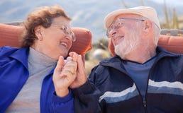 lycklig pensionär för vuxna par Royaltyfri Bild