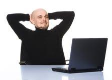 Lycklig pensionär med datoren. Royaltyfri Fotografi